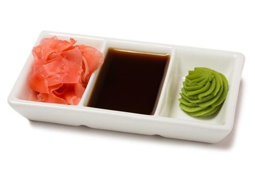 Маринованный имбирь с соевым соусом и васаби для суши.