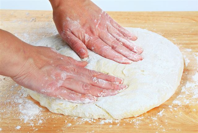Making pizza dough