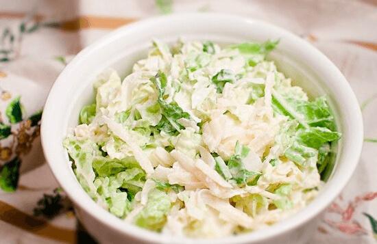 Salat-s-pekinskoy-kapustoy-i-syirom