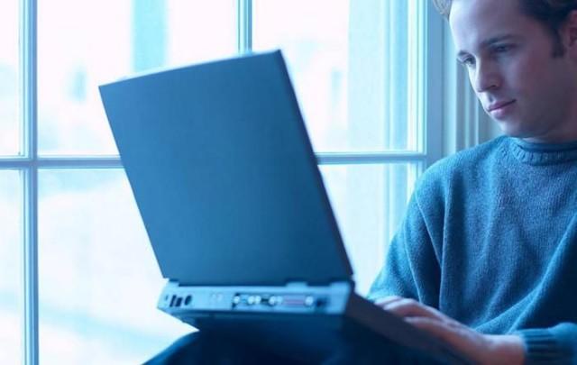 Парень сидит за компьютером