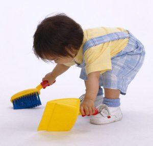 Ребенок помогает в быту