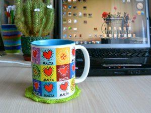 Чашка возле компьютера