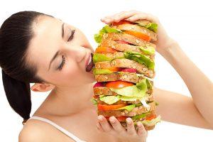 человек ест