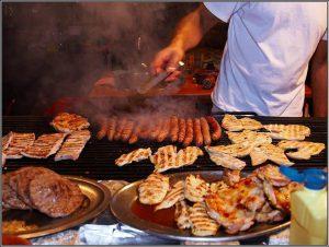 Человек готовит мясо