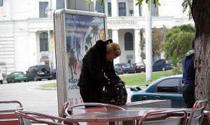 Девушка что-то ищет  в сумке
