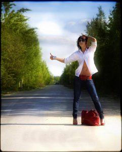 Голосующая  девушка на дороге