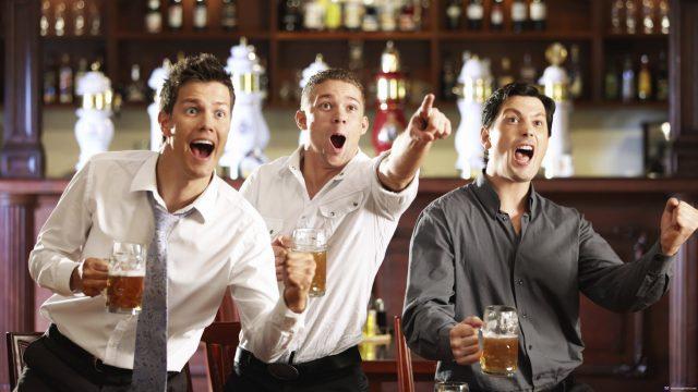 Компания друзей за пивом