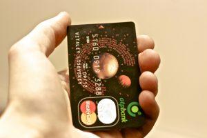 Кредитная карточка на ладони