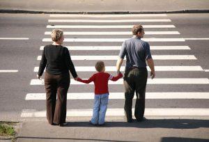 На зебре пешеходы