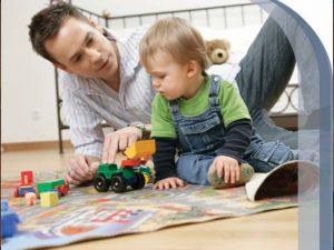 Папа играет с ребенком