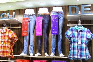 Подросток в магазине одежды