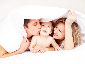 Родители дома с ребенком