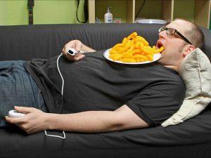 С едой у телевизора