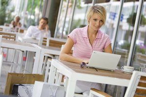 В кафе с ноутбуком