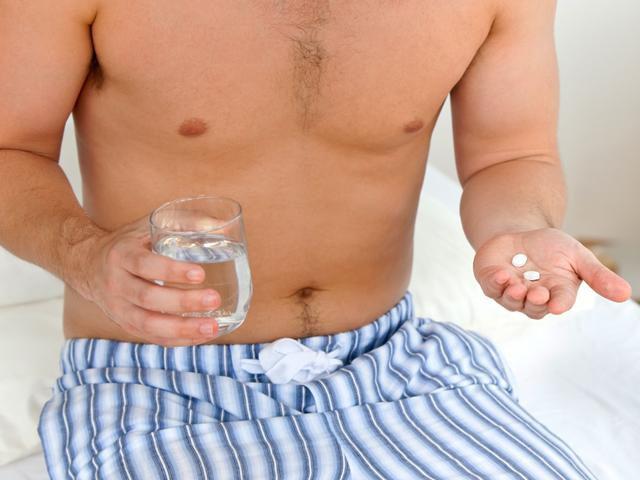 Мужчина пьет витамины