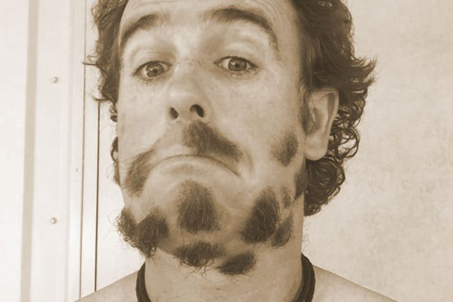 Мужчина ухаживает за бородой