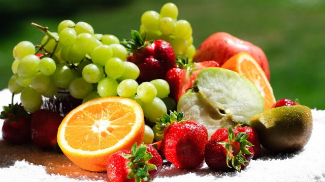 Парень ест ягоды