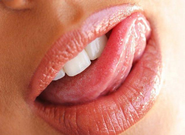 Пухлые губы блеском