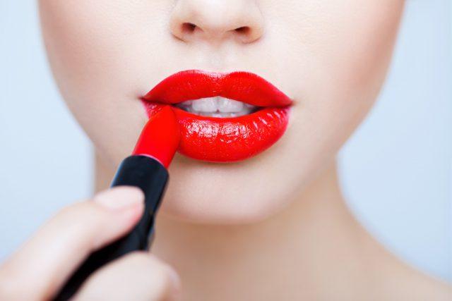 Пухлые губы помадой