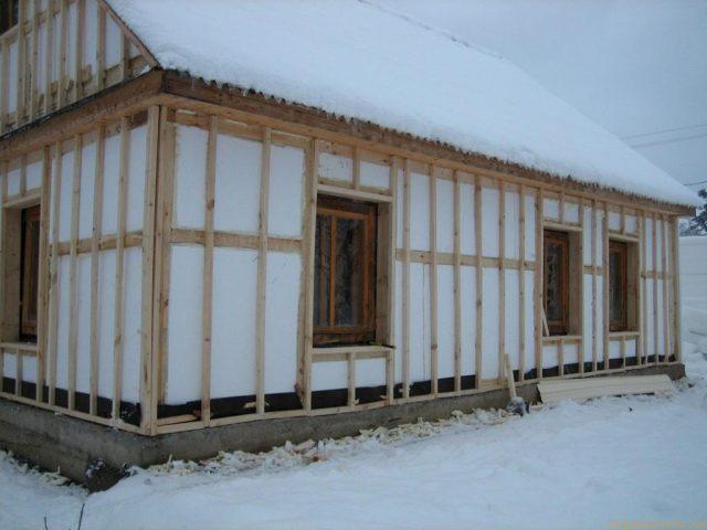 Утепление бревенчатых стен пенопластом