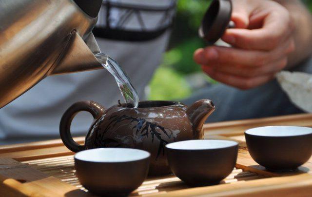 Завариватьчай в керамическом чайнике