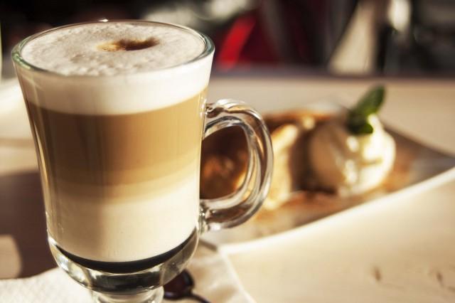 italjanskij-molochno-kofejnyj-koktejl-latte