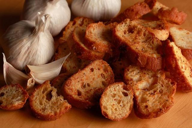 Как сделать сухарики с чесноком в мирковолновке