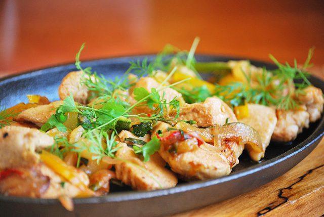 Как запечь куриное филе с овощами